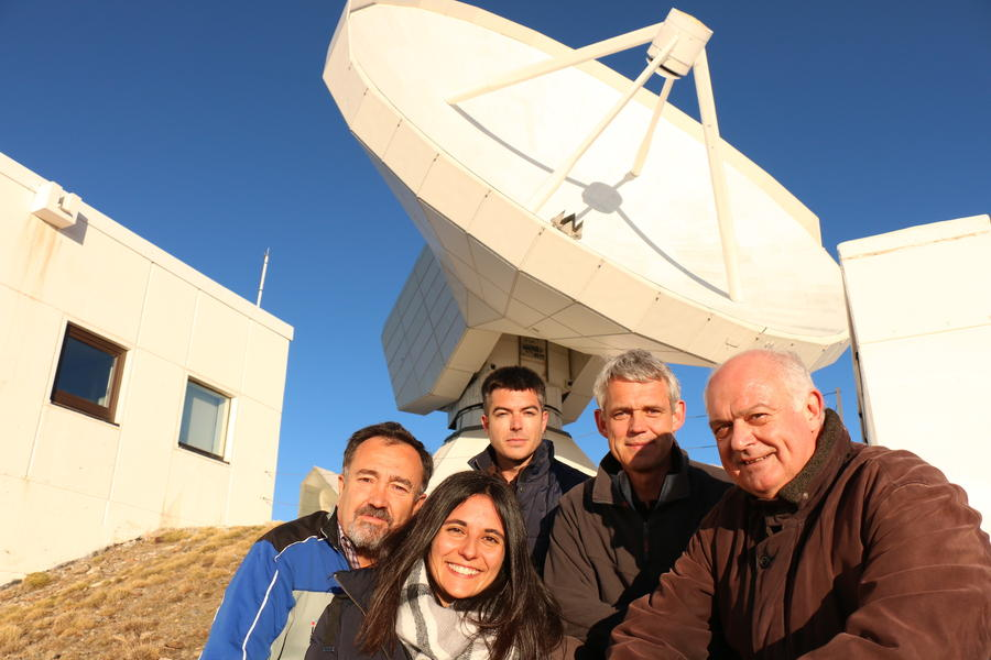 Pico Veleta VLBI Crew in front of telescope