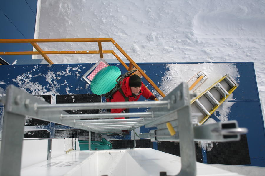 Wendy carrying the tertiary EHT mirror up to the cabin roof of the South Pole Telescope for a test run.