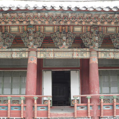 Main hall where ancestral tablets of Yi Sŏnggye's ancestors were preserved