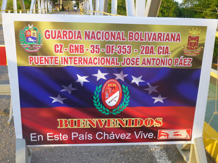 Image of a sign at the Colombian side of the border between Arauca, Colombia and Apure, Venezuela