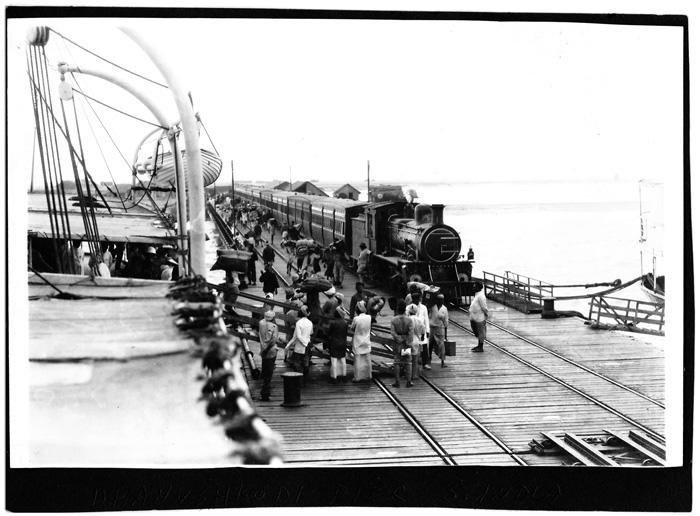 Image of passengers boarding a ferry from Dhanushkodi in India for Talaimannar in colonial Ceylon