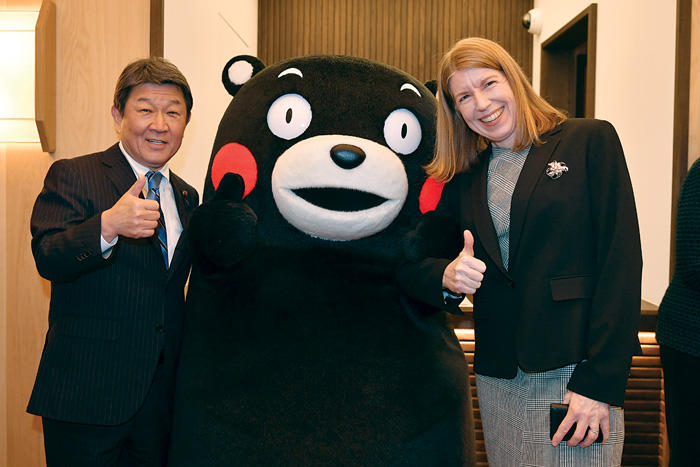 Photo of Foreign Minister Toshimitsu Motegi and US-Japan Program Director Christina Davis posing with the mascot character for Kumamoto prefecture, Kumamon