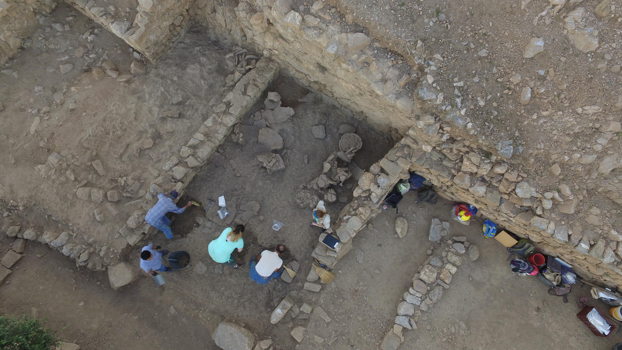 Excavation of the archaic West Building (Azoria Project 2017)