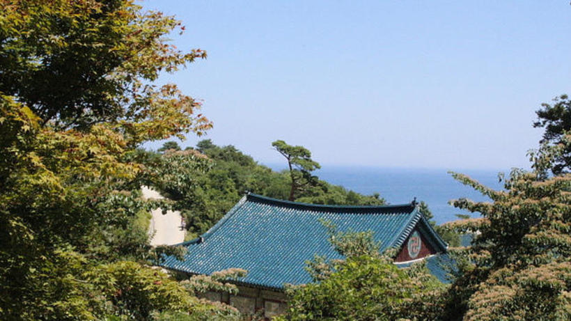 HSS Korea Program excursion image of the roof of Naksansa Temple situated by the ocean in Yangyang County, Wangwon-do, South Korea