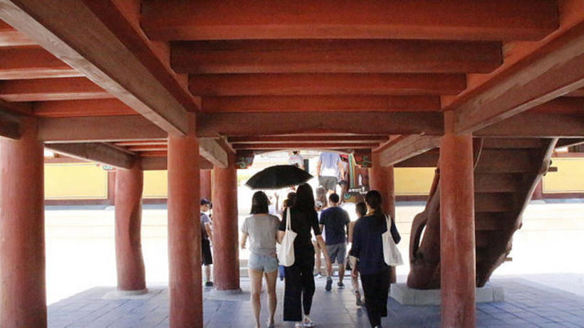 Image of HSS Korea Program students walking under a traditional 'hanok' building in South Korea