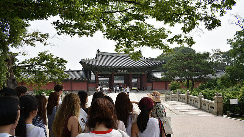 Image of students on 2017 HSS Korea Program field trip to Changdeok Palace; Photo credit: KeeHup Yong
